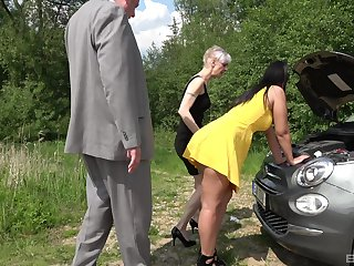 Alfresco foursome is to one's liking experience for mature lady increased by the brush hot collaborate