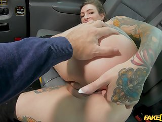Naked blonde gags and fucks on the back seat of the cab