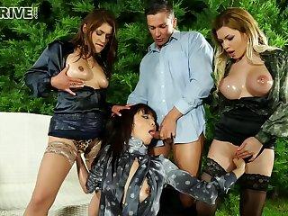 CFNM dispose sex at outdoor